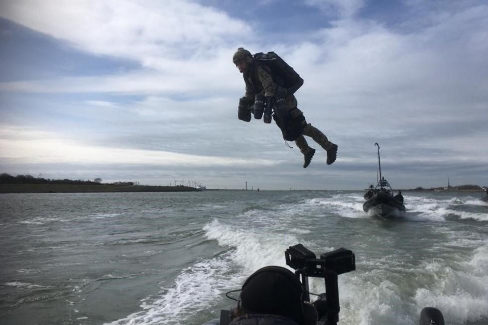 Marinier vliegt met vliegpak