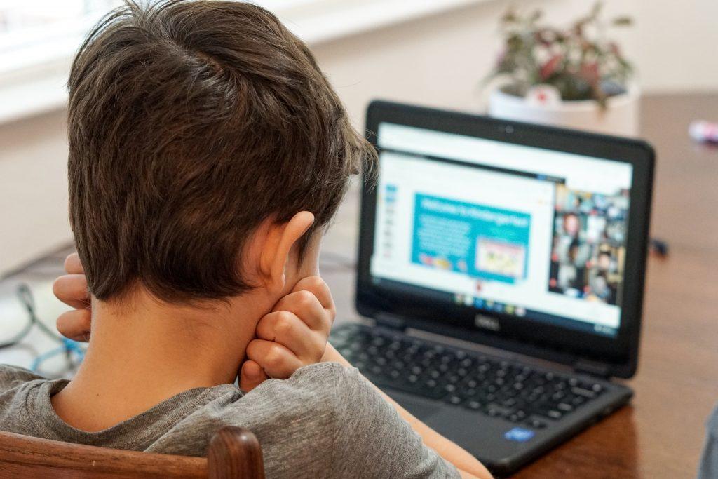 kind met computer